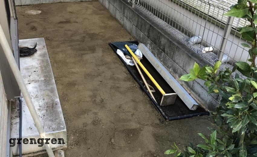調布市の日陰の庭の人工芝の施工のための下地づくりが終わった庭