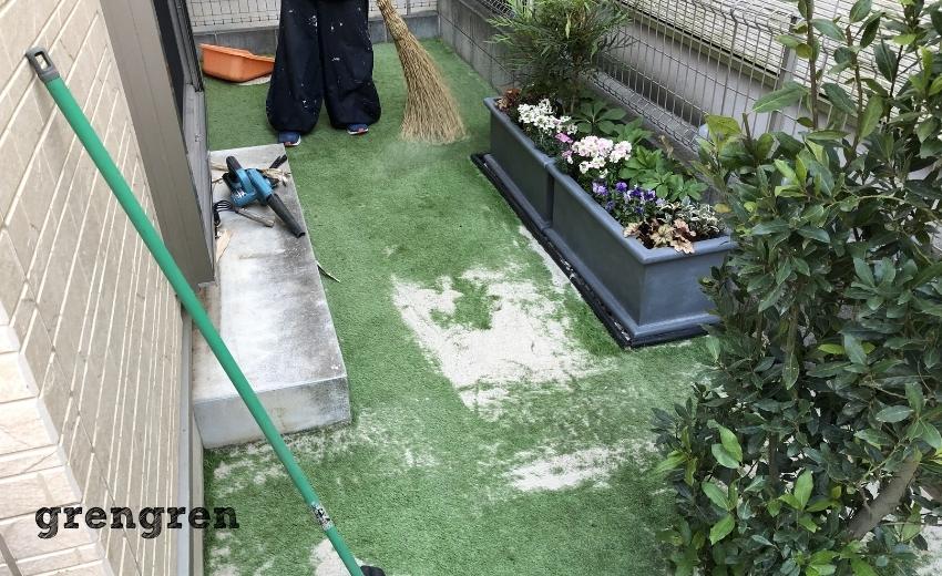 人工芝の施工で珪砂を撒いてほうきで馴染ませる作業