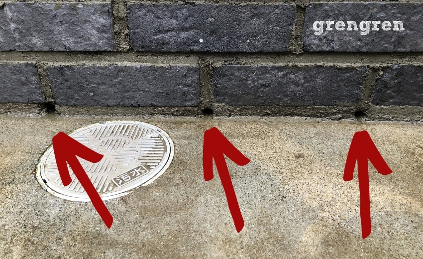 3個つくったレンガ花壇の排水穴を示す