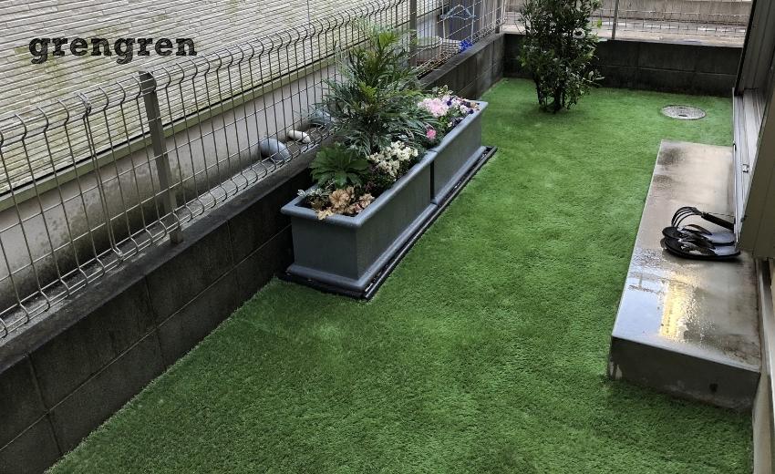 完工した人工芝とプランター花壇がある調布市の日陰の庭