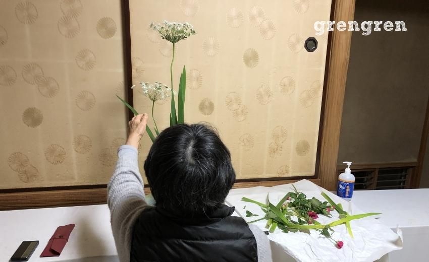 造園会社ぐりんぐりん横田の三種生けをお直ししてくださる池坊目黒教室の先生