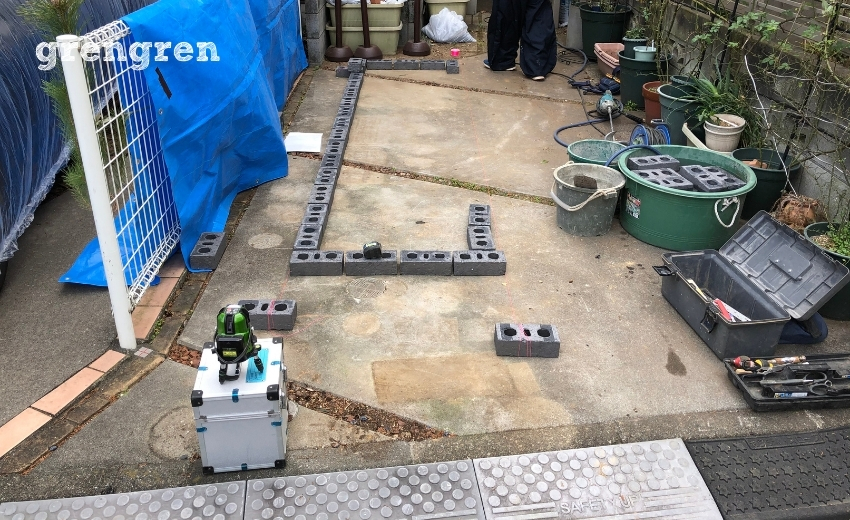 花壇づくりの下準備として仮置きで位置と大きさを確認する