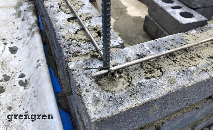 鉄筋をいれてレンガの花壇の強度をもたせる工程