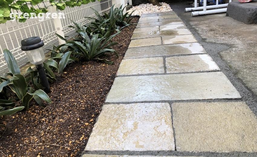 自然石の平板と花壇を設置した世田谷区の個人邸のお庭