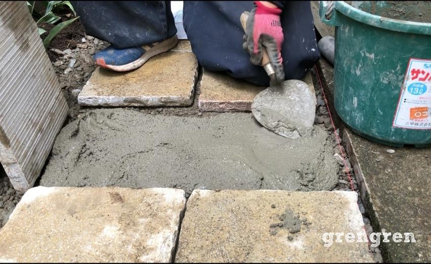 自然石の平板をモルタルで固定する作業