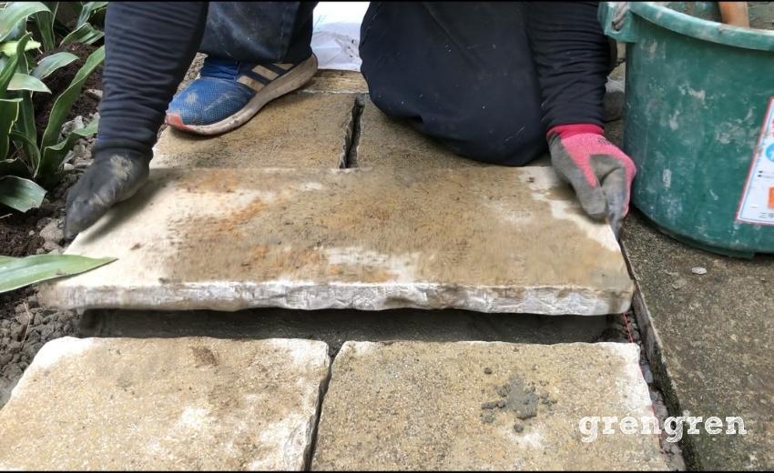 自然石の平板をモルタルの上にそっと置く作業