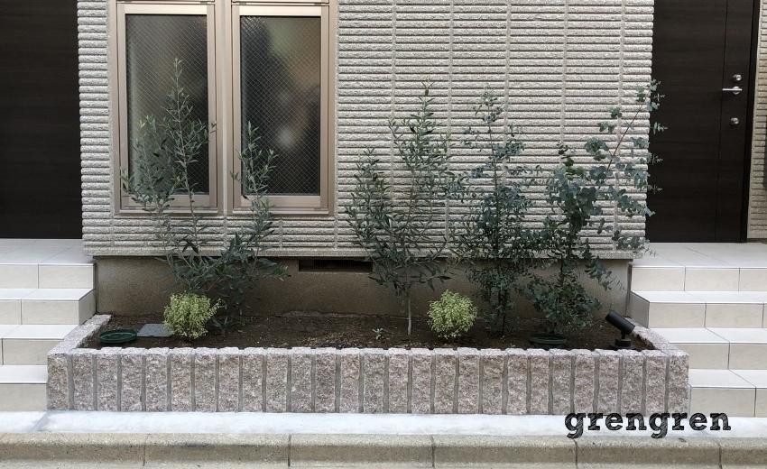 お好きな植物を植えられたアパートの花壇
