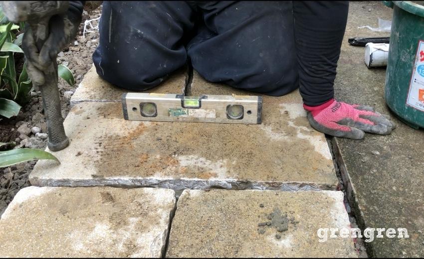 石の平板を水平器で確認しながら測る