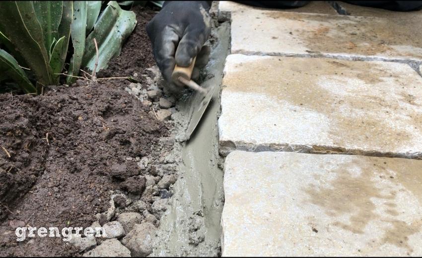 自然石の端っこをモルタルで固定する