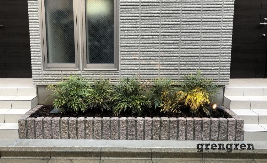 マホニアコンヒューサを植えこんだ世田谷区のアパート花壇