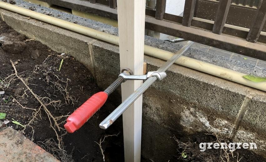 誘引フェンスの支柱を垂直に固定する方法