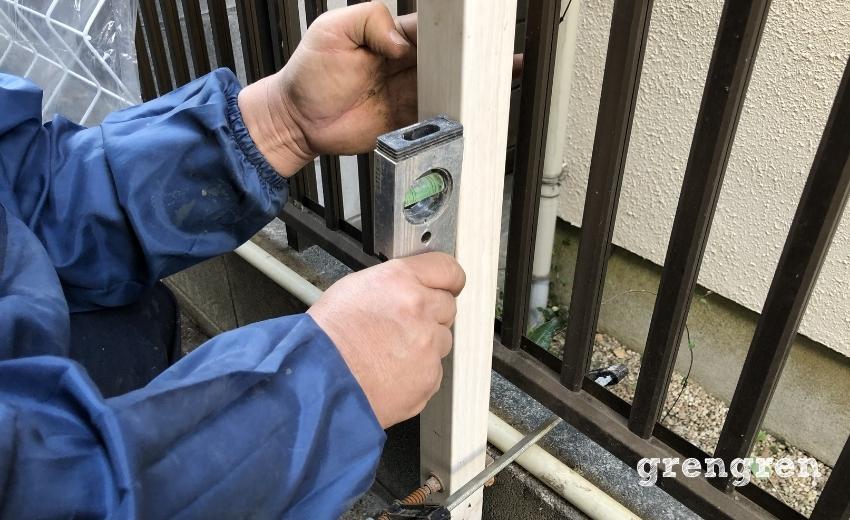 誘引フェンスの支柱の水平を確認する作業