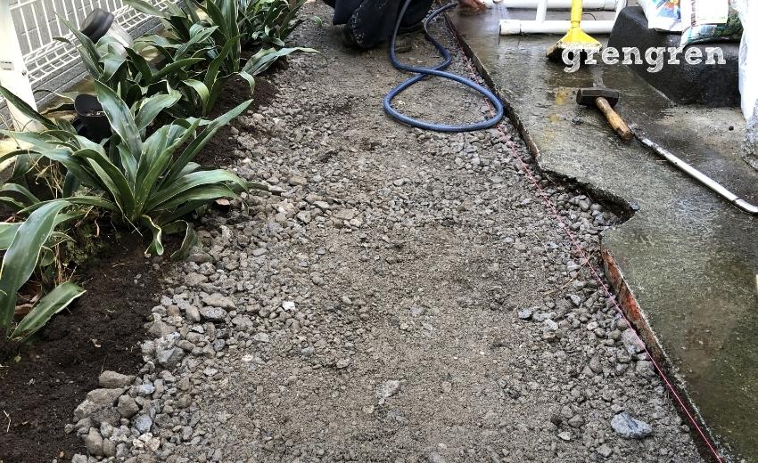 自然石の平板を設置するための砕石をいれた状態
