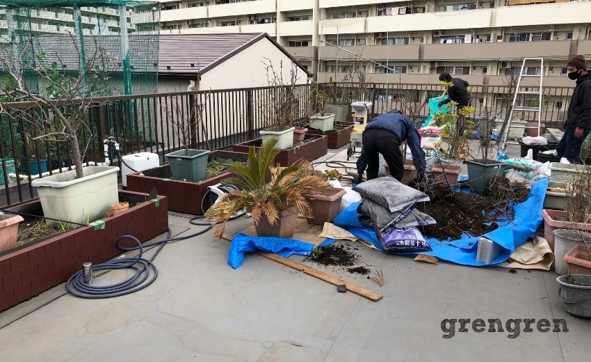 職人さんが要らないプランターから土を出して再利用する作業