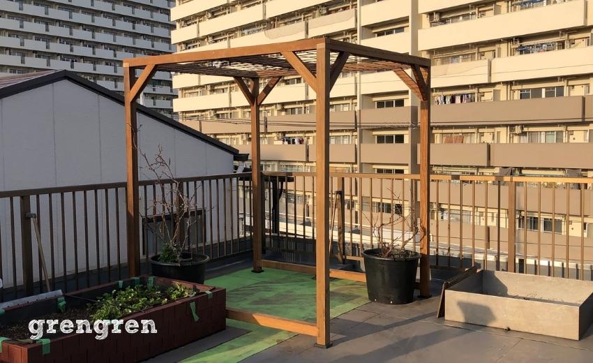 果樹を誘引するための大田区の屋上ガーデンの木製パーゴラづくり