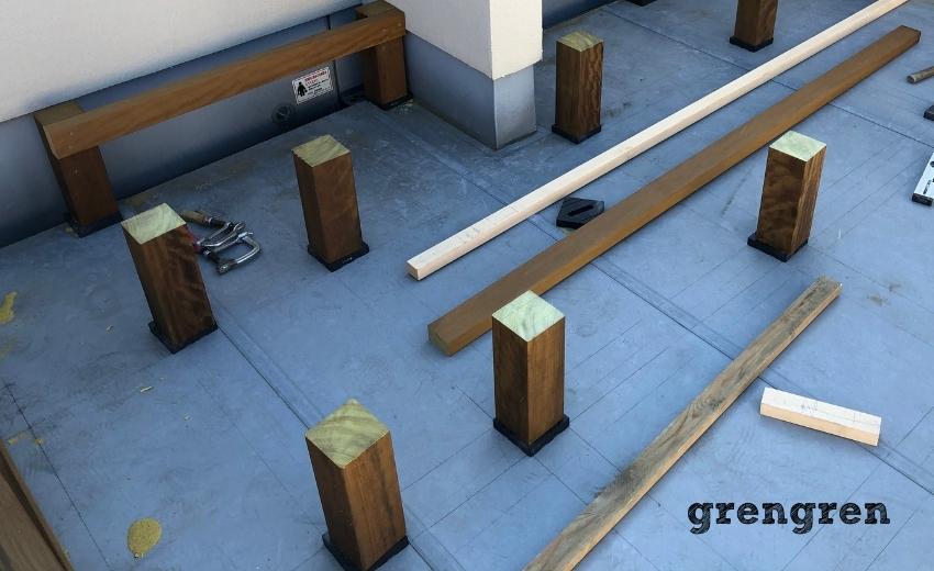 世田谷区の個人邸の屋上のウッドデッキづくりの支柱設置