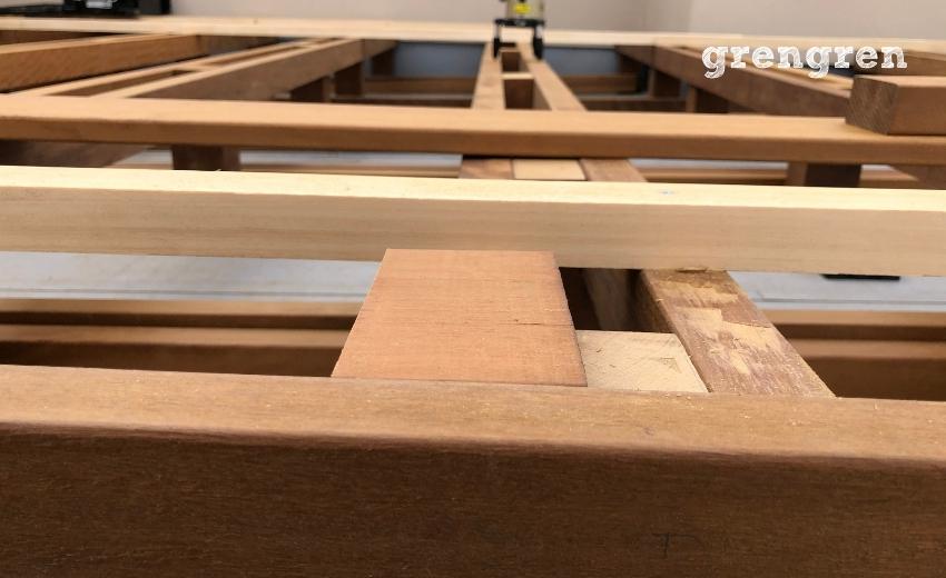 床板を同じ高さに設置する幕板