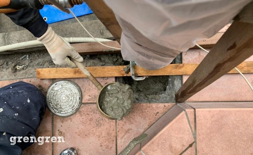 機能ポールの隙間からコンクリートを流し込んでいく作業