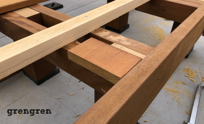 ウッドデッキの幕板の取り付け作業を確認する職人