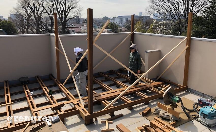 パーゴラの支柱を固定していく世田谷区の個人邸の屋上ガーデン