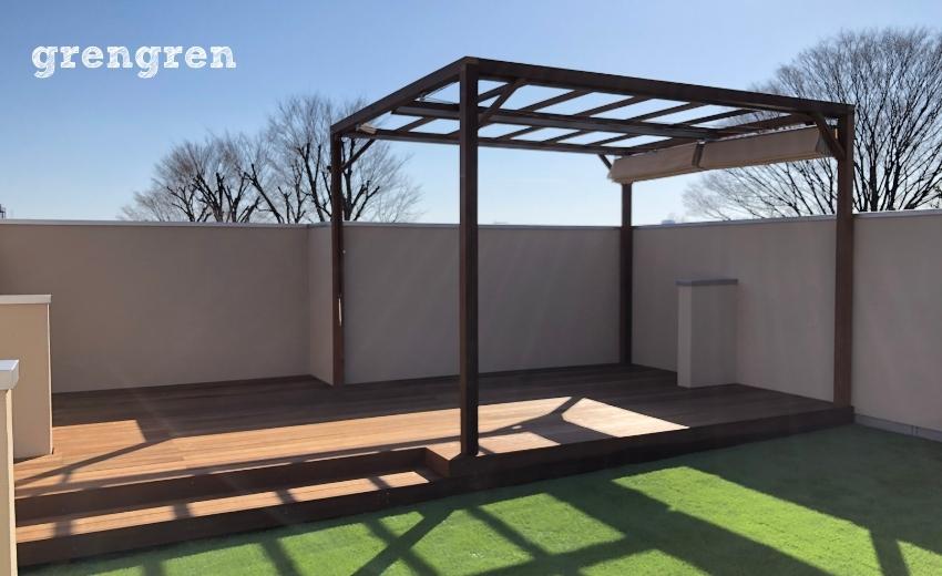 世田谷区の個人邸の屋上で施工したパーゴラとウッドデッキと人工芝の屋上庭園
