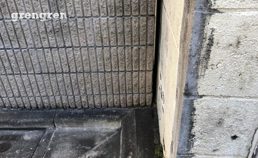 お隣との隙間が少ししかない門柱の解体