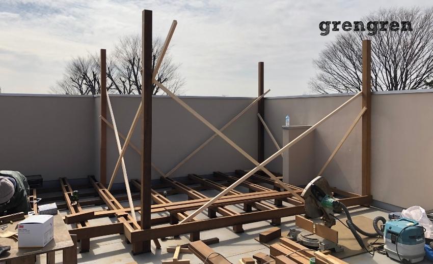 パーゴラの支柱をウッドデッキに固定した世田谷区の屋上ガーデン