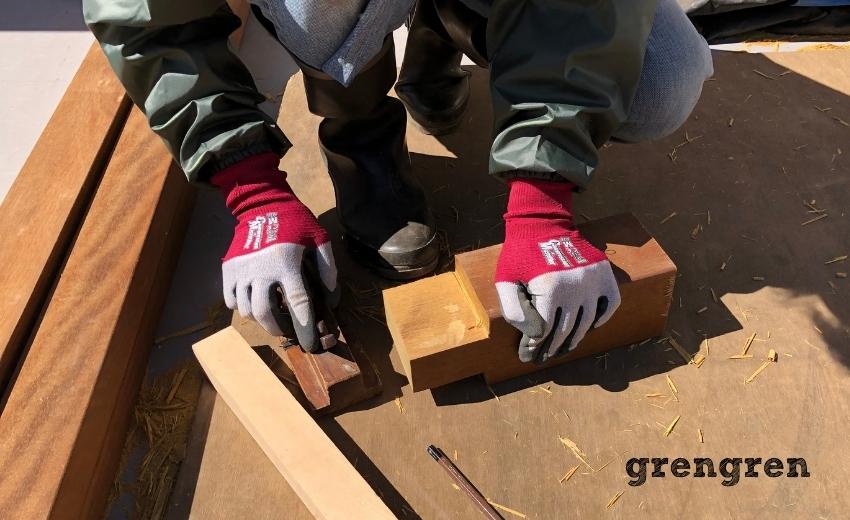 カンナを使って綺麗に仕上げるウッドデッキの支柱の加工