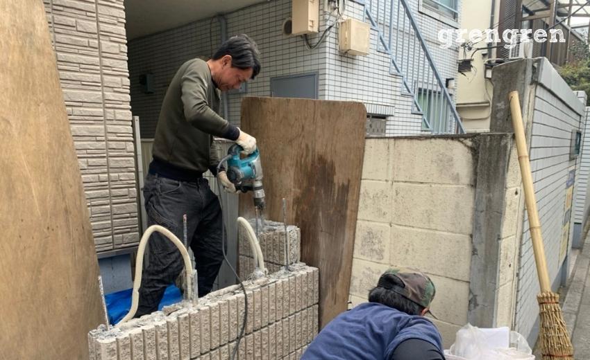 隣りの壁を壊さないように気を付けて解体作業