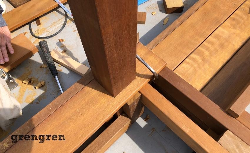 パーゴラの支柱を設置したあとのウッドデッキの床板貼り