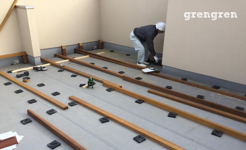 材木を配置確認するベテランの大工さん