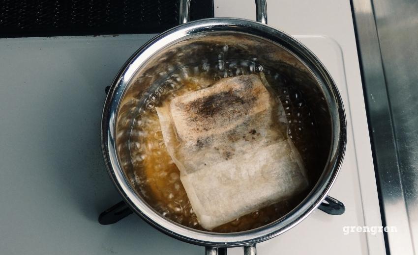 オーガニックカカオティーを水から煮出す