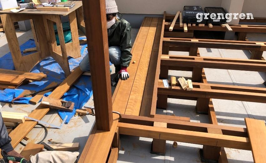 ウッドデッキの階段部の床板設置