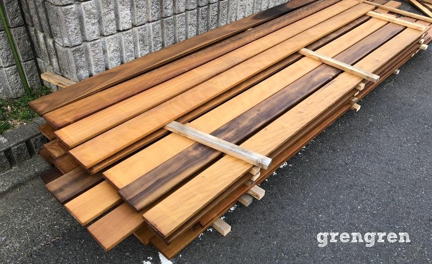 材木塗装を乾かす作業
