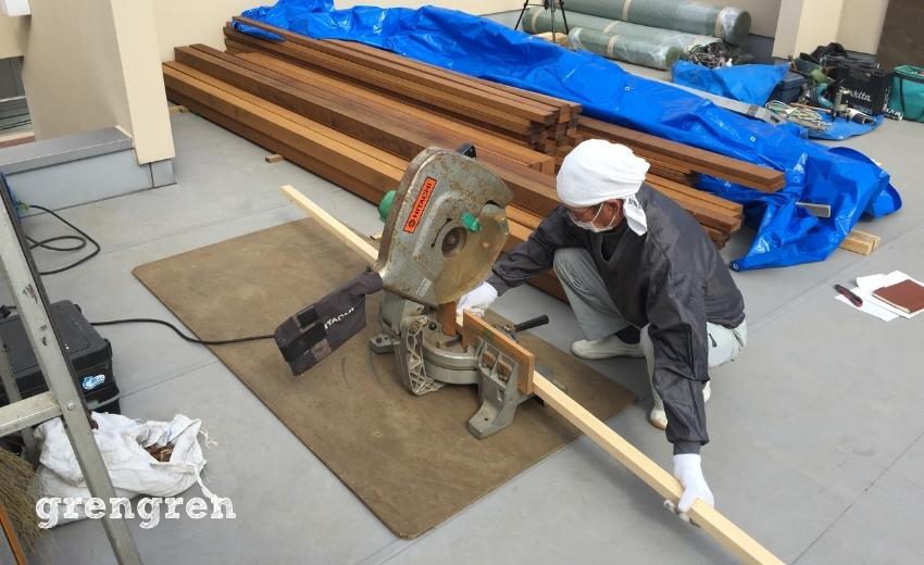 図面通りの寸法で材木をカットする職人さん