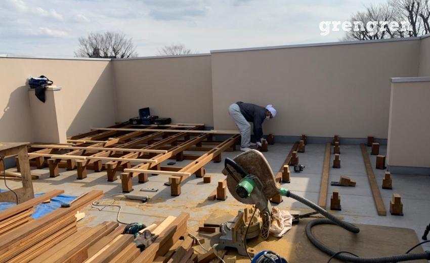 材木をカットしては取り付けていくベテラン職人