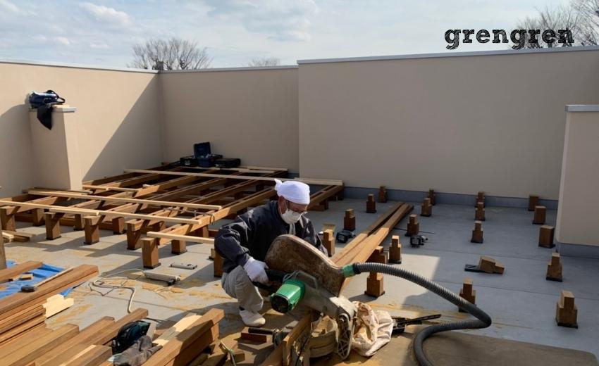 根太の材木を長さにカットしては取り付けていくベテラン職人