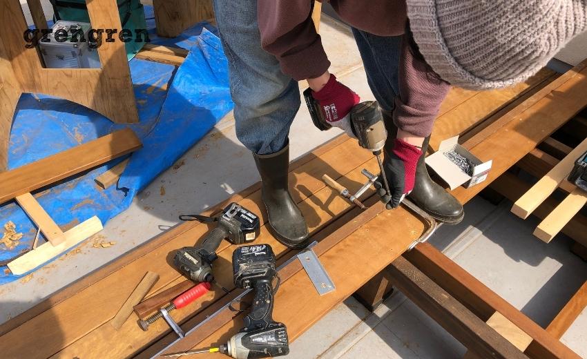 ウッドデッキの床板を設置する職人さん