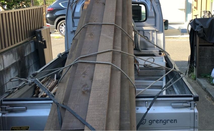 材木を積んだ造園会社ぐりんぐりんの一号車