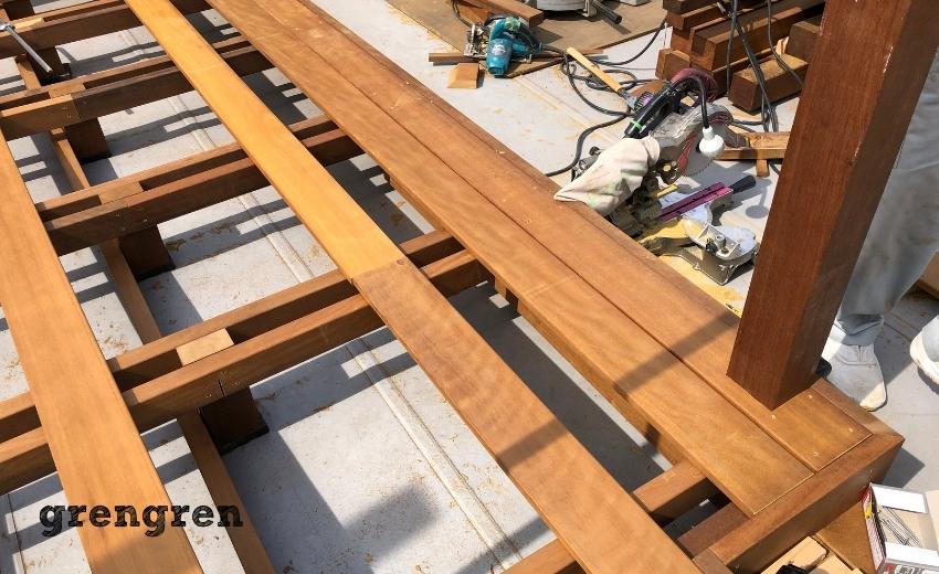 パーゴラの支柱を設置してウッドデッキの床板を設置