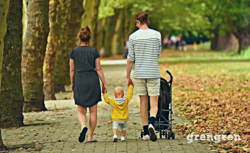公園で散歩をする親子