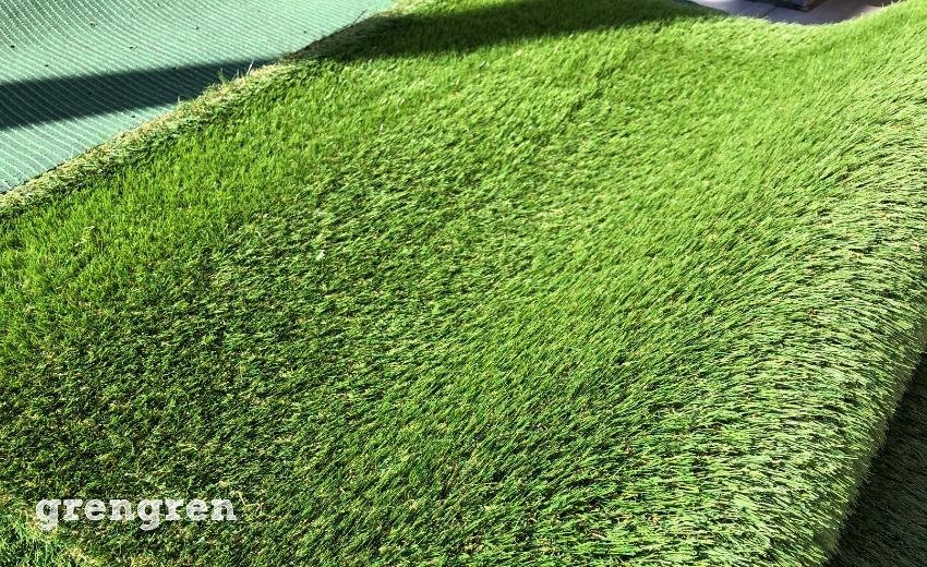 裸足で歩けるリアルな30mmの草丈の人工芝