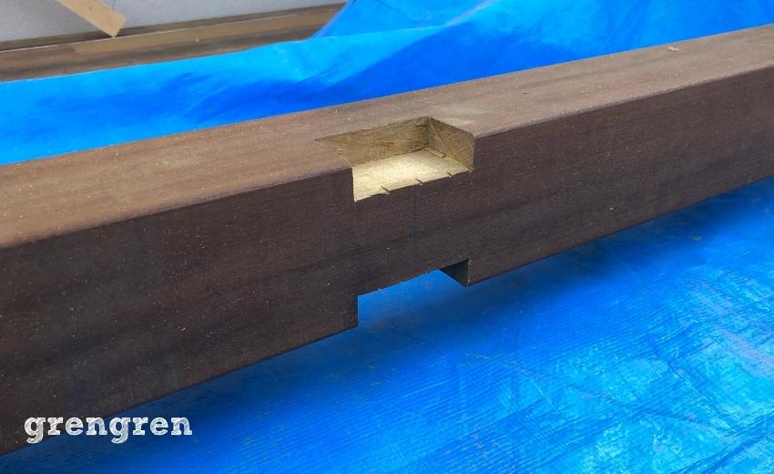 両側に材木をはめ込むための梁加工