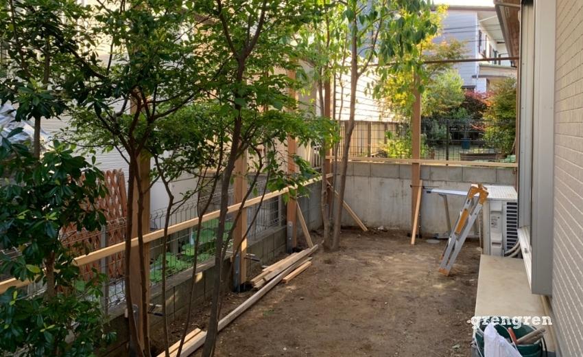 狛江市の個人邸で施工したウッドフェンスの支柱を固定した一日目