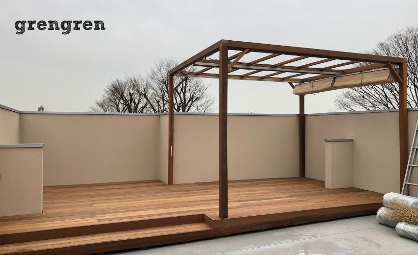 世田谷区の個人邸の屋上に設置したウッドデッキと日除けパーゴラ