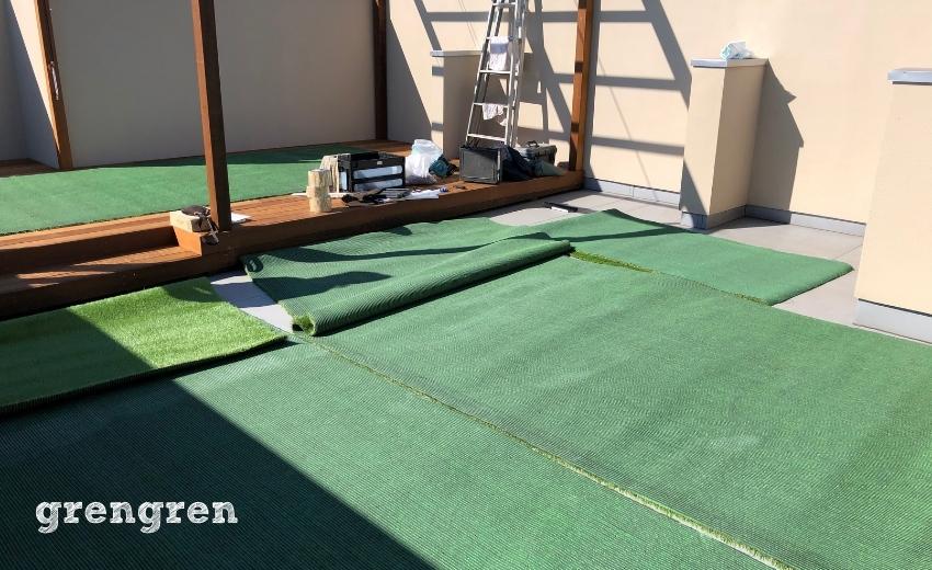 濡れた人工芝を乾かし温め柔らかくする作業