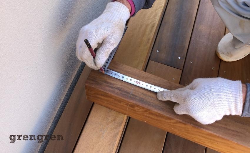 パーゴラの梁を実寸で測り加工する職人