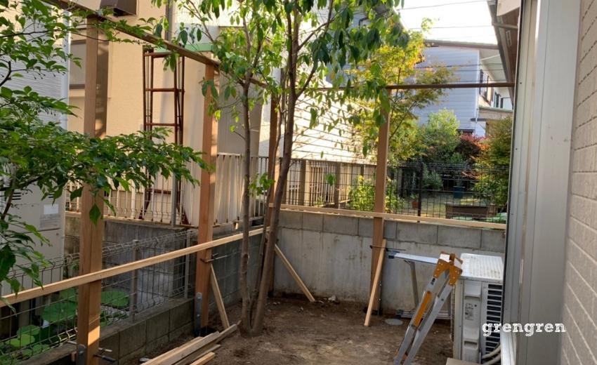 ウッドフェンスの施工で笠木を乗せた状態の支柱設置工