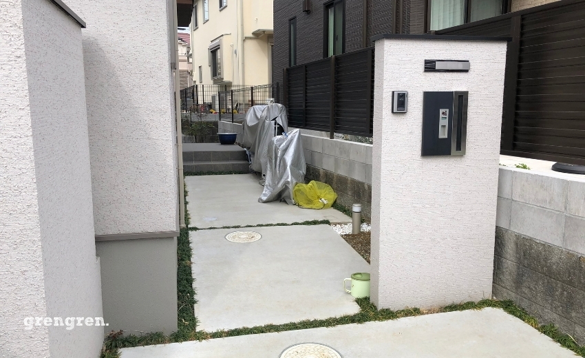 コンクリートで固められた玄関アプローチ