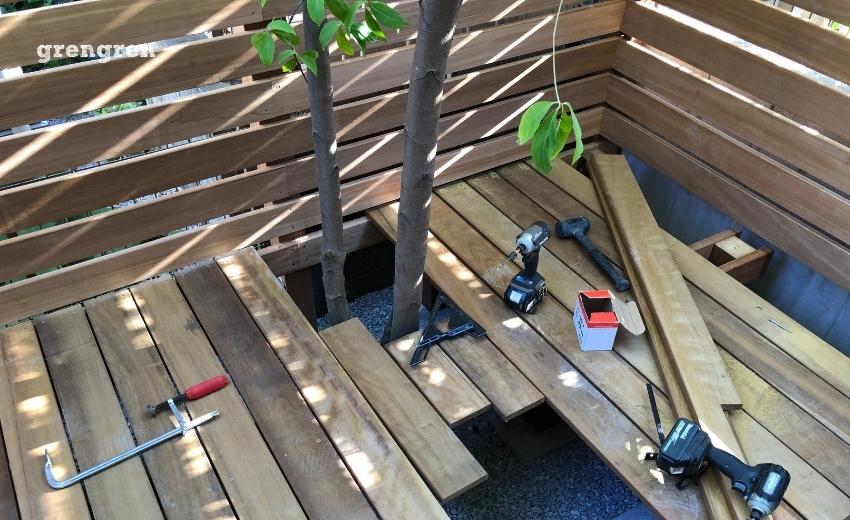 樹木の周りにウッドデッキを施工する